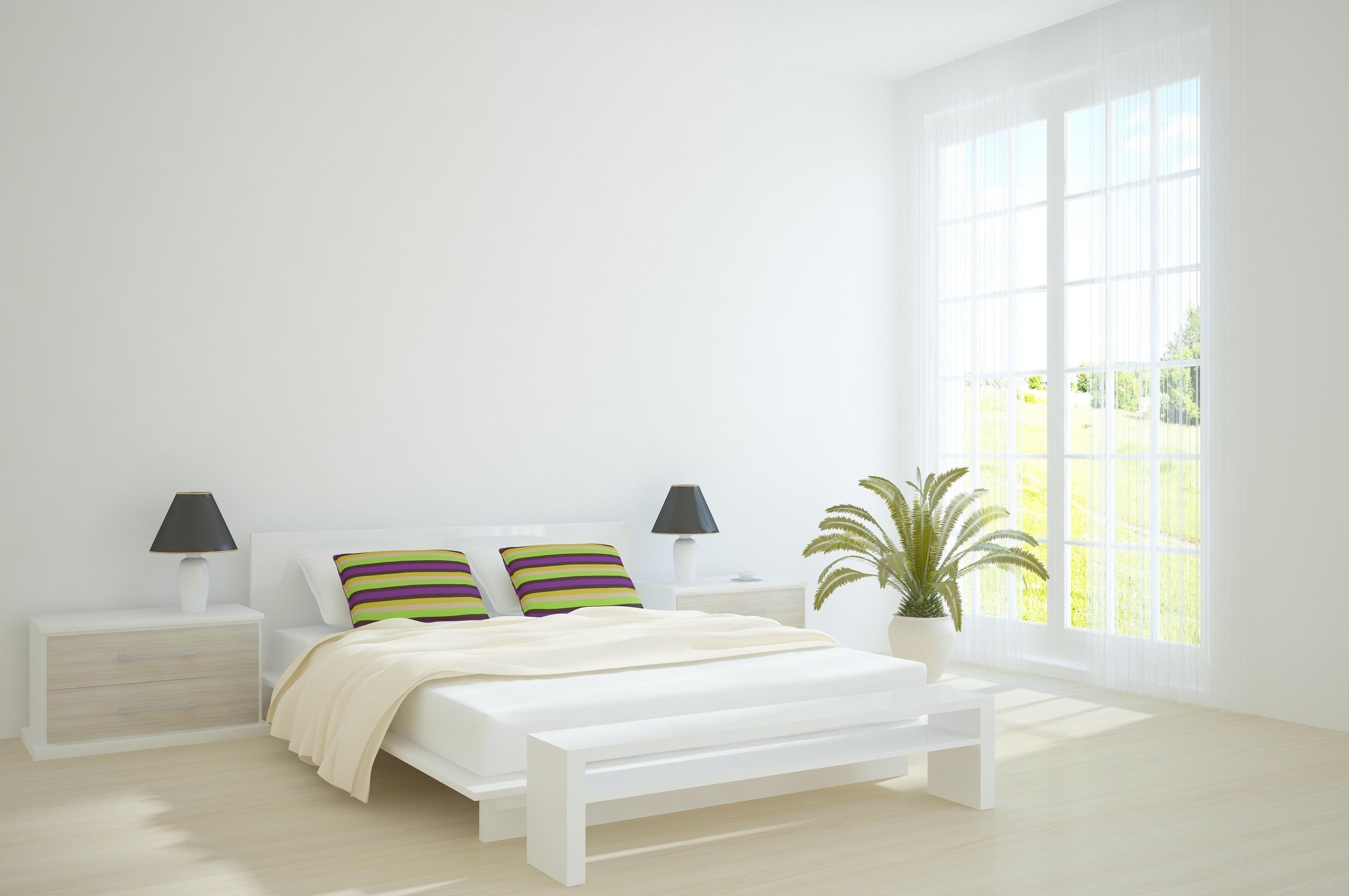 Спальня с голыми стенами