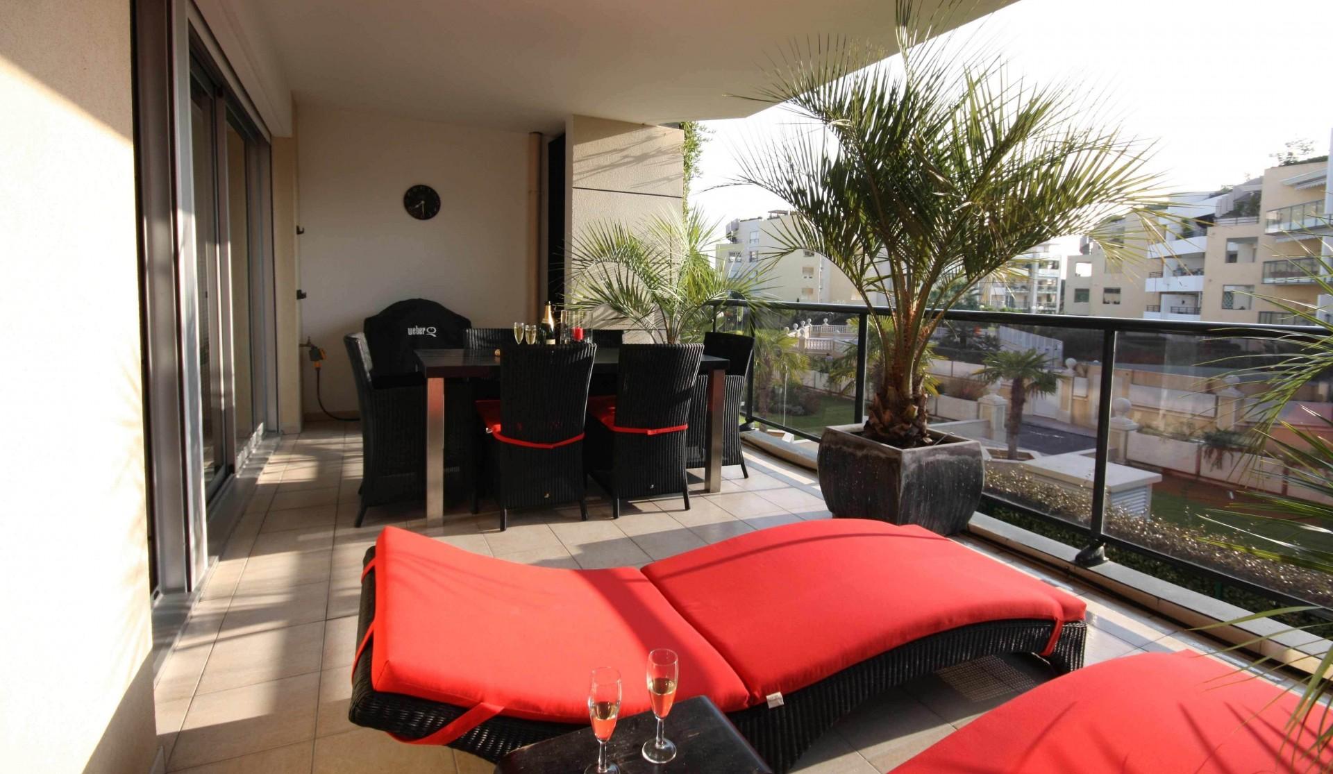 Отделка стен балкона: какой вариант выбрать