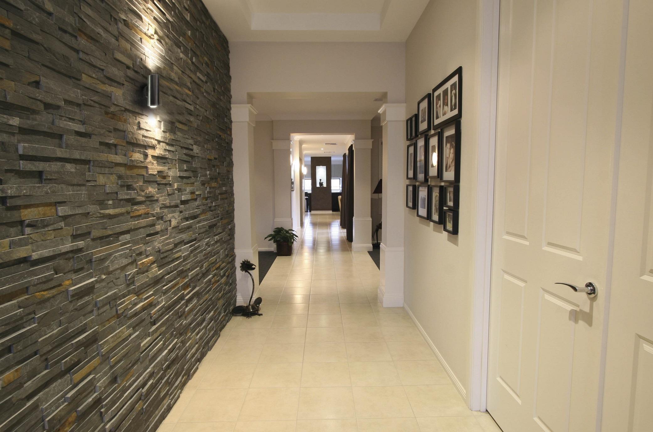Узкий коридор: как сделать визуально больше